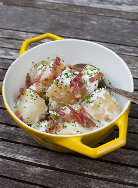 Creamy new potatoes with bacon and chives on www.simplebites.net #sidedish #recipe