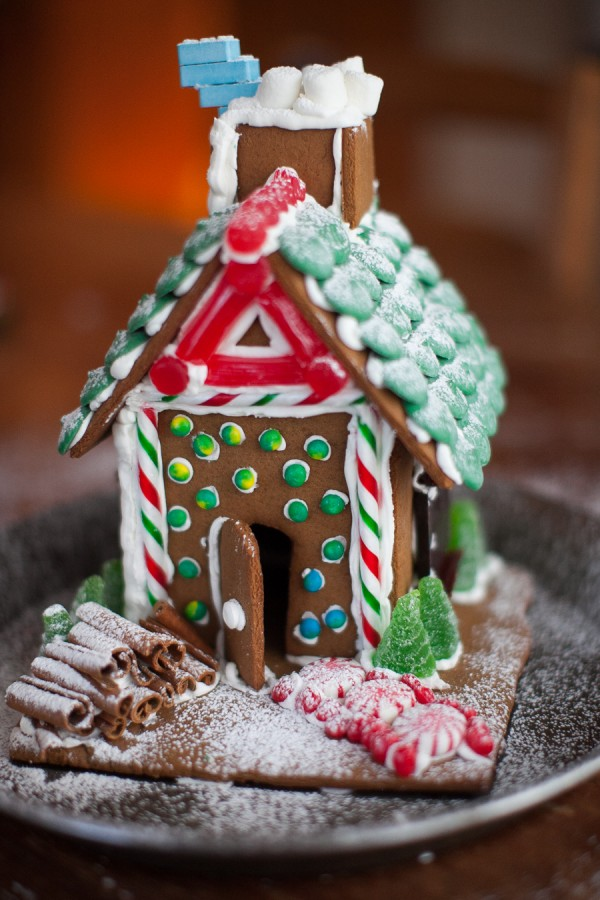 How to make a gingerbread house in  easy steps on www.simplebites.net