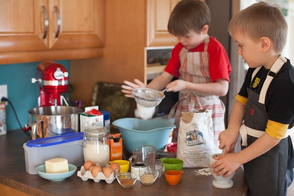 The after school gingerbread project: mixing dough // www.simplebites.net