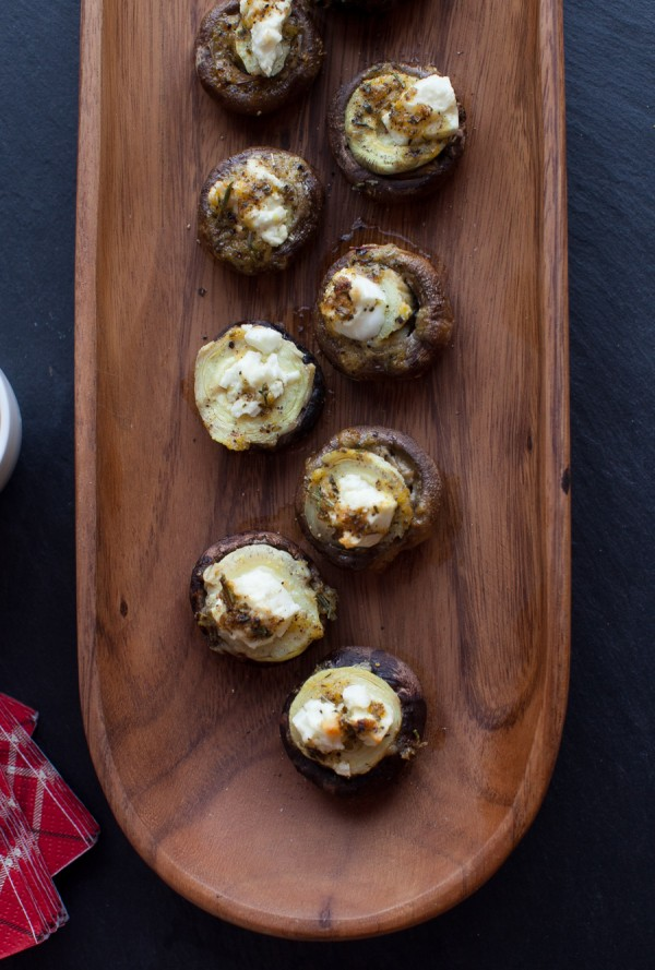 Mediterranean Stuffed Mushrooms // www.simplebites.net #recipe #appetizer #glutenfree #vegetarian